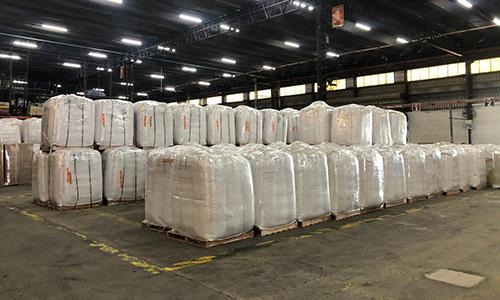 Más de 115,000 libras de semillas de soya esperan en la terminal de carga de Buenos Aires antes del vuelo a Miami.